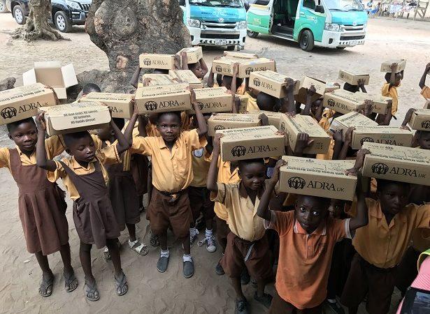 ADRA REGNO UNITO DISTRIBUISCE PACCHI DONO NELLE SCUOLE DEL GHANA