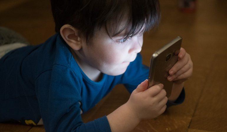 Dipendenza dagli schermi. Quale schermo per quale età?